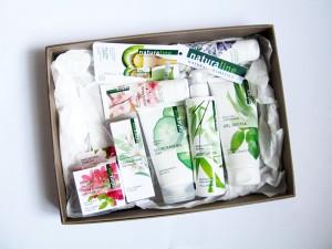 Questo è il kit, comprensivo di: Gel detergente viso delicato con estratto di Cetriolo e Guàva (150ml – 4.20€), Crema giorno idratante per pelli normali e secche con estratto di Tè bianco, Fico e Acido Ialuronico (50ml – 7.90€), Crema giorno anti-age per pelli normali e secche con estratto di Rododendro e Argan (50ml – 8.50€), Body Lotion rinfrescante e idratante alla Menta piperita e Bambù (200ml – 4,90€), Gel doccia fresco e rivitalizzante al Basilico e Lemongrass (200ml – 3,90€), Crema mani emolliente e protettiva alla Mandorla e Stella alpina (75ml – 3,90€), Crema piedi emolliente per piedi secchi e screpolati alla Lavanda e Burro di Karité (75ml – 3,90€), Balsamo labbra per labbra curate e morbide all'Olio di Macadamia, Burro di Karité e Vitamina E (10ml – 3,80€).